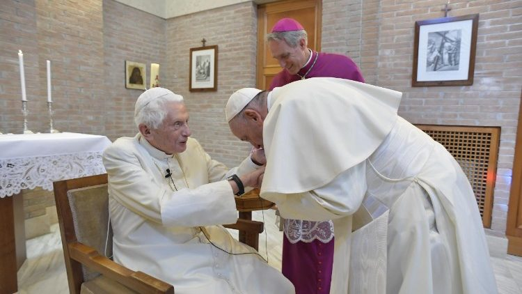Papież napisał list kondolencyjny do Benedykta XVI po śmierci jego brata