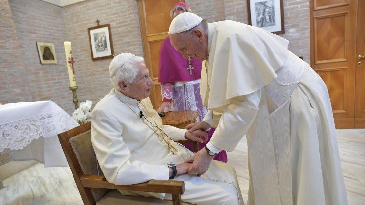 El Papa Francisco saluda al Papa Emerito Benedetto XVI (Foto de archivo)