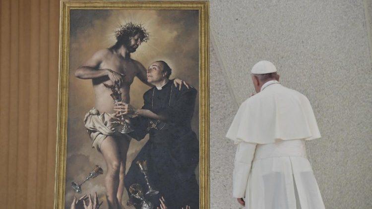 Papa Francisco na Sala Paulo VI, diante de quadro de Jesus com o fundador da Família do Preciosíssimo Sangue