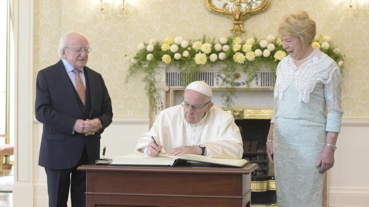 Pope Francis inscribes a message to the people of Ireland in the book of honour