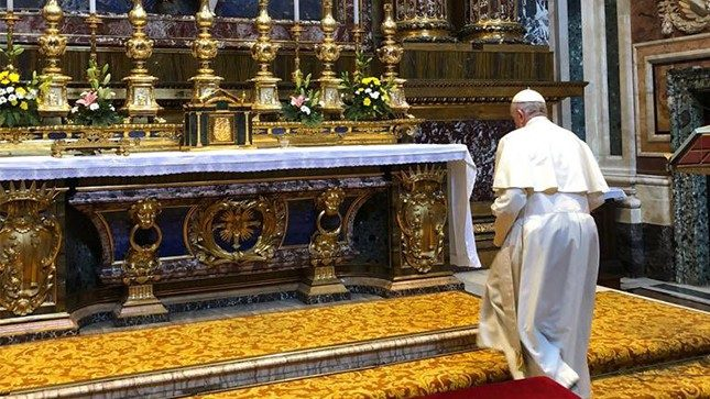 Pope Francis came to the altar of Salus Populi Romanin in Basilica Mary Major