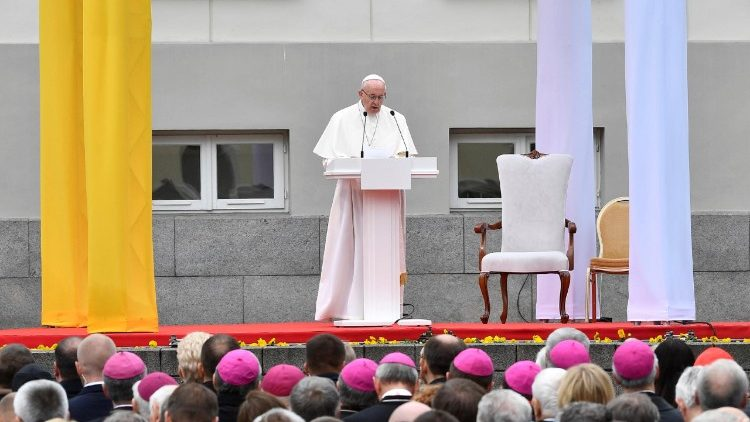 Pope Francis addressing  Lithuanian authorities, representatives of civil society and the diplomatic corps in Vilnius, Lithuania, September 22, 2018.