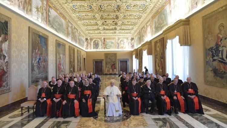 Le Pape François entouré des participants à l'assemblée plénière du Conseil pontifical pour la Promotion de l'Unité des chrétiens, le 28 septembre 2018
