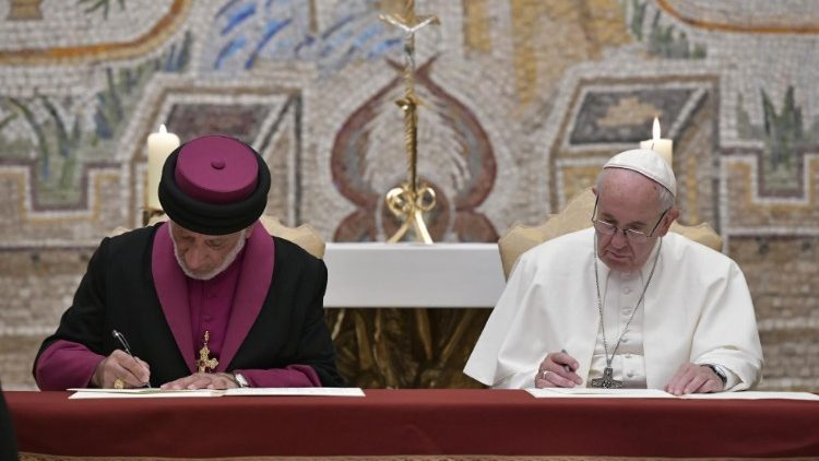 Pope Francis and Mar Gewargis III sign the Common Statement