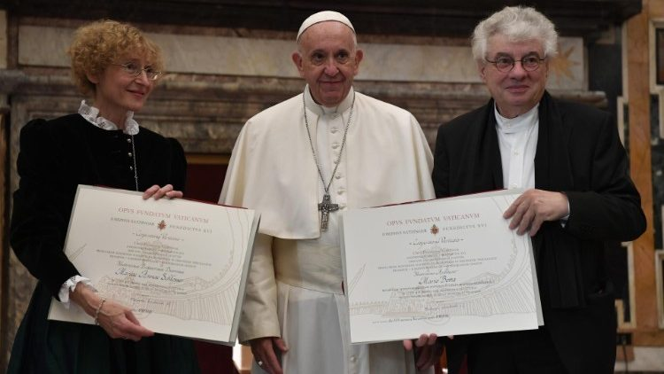 Marianne Schlosser and Mario Botta with Pope Francis during the award ceremony