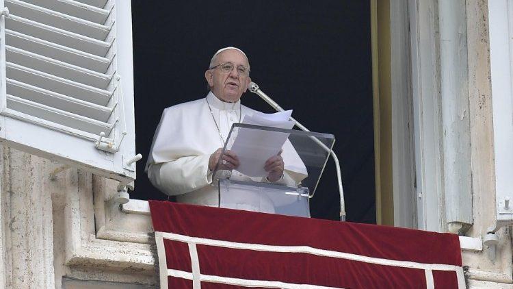 El Papa Francisco asomado desde la ventana del Palacio Apostólico del Vaticano.