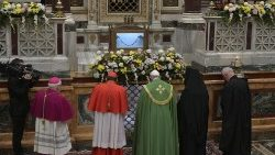 Pope Francis prays with other Christian leaders at the tomb of St Paul, at the beginning of Vespers for the beginning of the Week of Prayer for Christian Unity