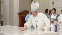 Pope Francis reconsecrates the altar of Panama's Cathedral