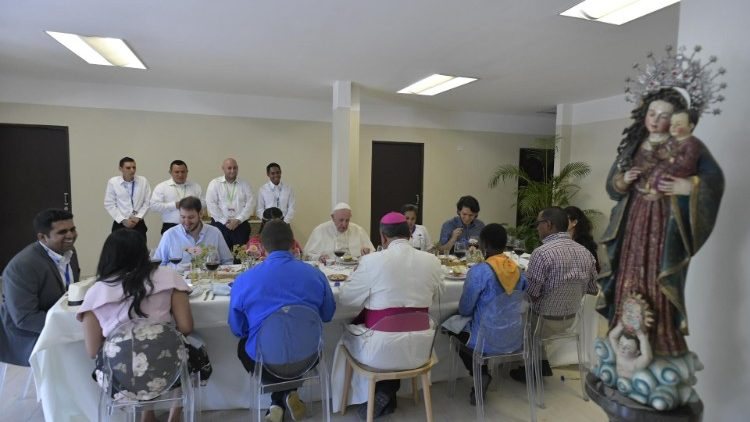 Pope Francis and representatives of WYD at lunch on Jan. 26, 2019.  Bedwin Taitus (extreme left), Dennis Galdamez (2nd on Pope's left).