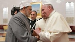 Pope Francis shakes hands with Ahmed el-Tayeb, Grand Imam of al-Azhar
