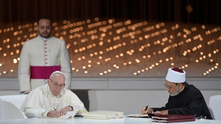 Pope Francis and Ahmed el-Tayeb sign the Document on Human Fraternity