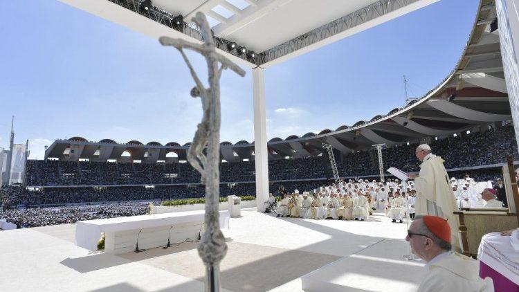 Papež Frančišek med sveto mašo  v športnem mestu Zayed v Abu Dhabiju.