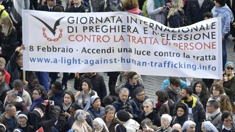 Papa Francisco víctimas trata Ángelus llamamiento