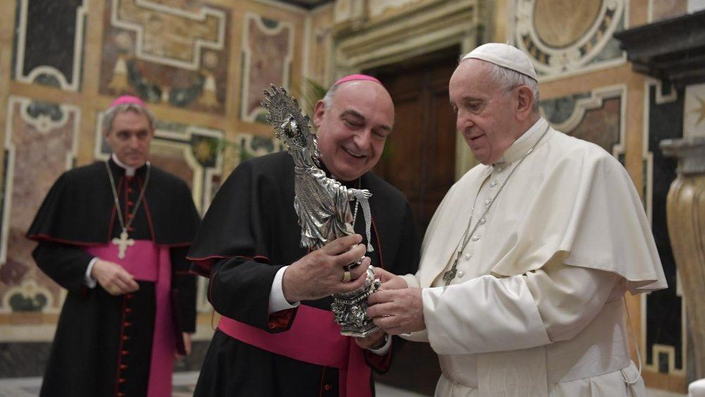 Benavent entrega al Papa una copia de la réplica de la Virgen de la Cinta