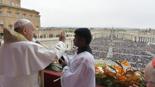 Pope at Easter Urbi et Orbi: Risen Christ shines light on darkness of conflict