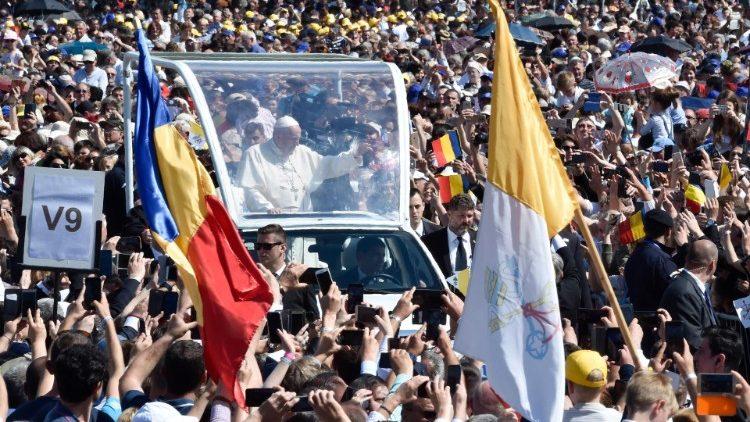 Papa Francisco Rumania viaje apostólico alegría gente