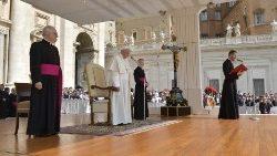 """El Papa invita a orar """"un minuto por la paz"""" y a celebrar Pentecostés"""