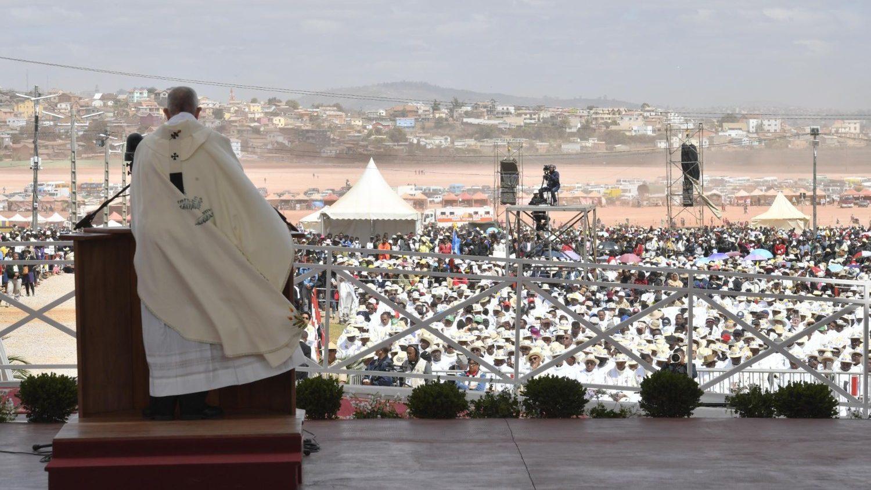 Risultati immagini per Papa: commuoversi per i fratelli, una delle peggiori schiavitù è vivere per sé stessi