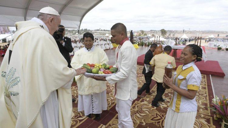 2019.09.08 Viaggio Apostolico in Mozambico Madagascar Maurizio Santa Messa nel Campo Diocesano di Soamandrakizay