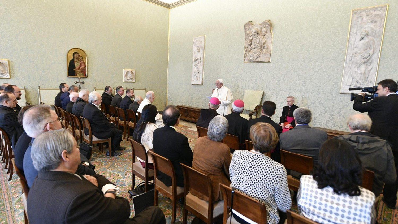 Francisco hoy, con participantes en la conferencia sobre Puebla
