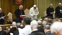 Le Pape prie avec les pères synodaux lors de la 9e Congrégation générale, le 15 octobre 2019.