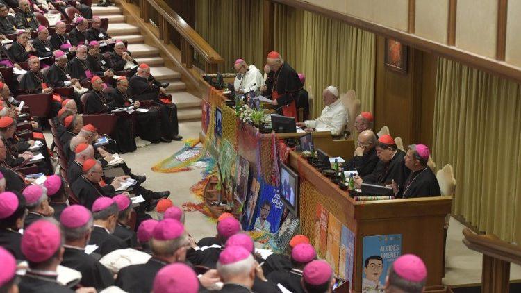 Los obispos del mundo con el Papa en el Aula del Sínodo (foto de archivo)