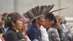 Indígenas na Basílica de São Pedro durante missa de encerramento do Sínodo para a Amazônia