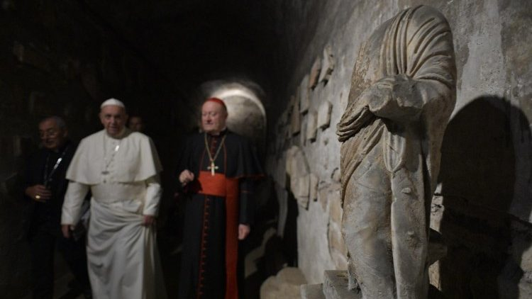 Papa Francesco in visita alle catacombe di Priscilla in via Salaria nel 2019