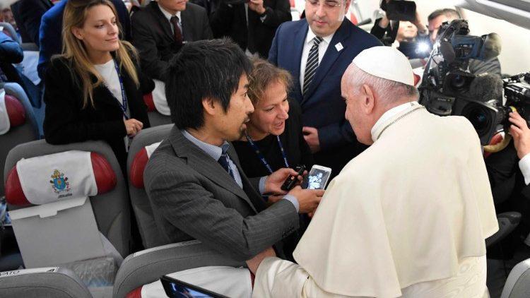 Папа між журналістами на борту літака (Подорож до Таїланду та Японії)