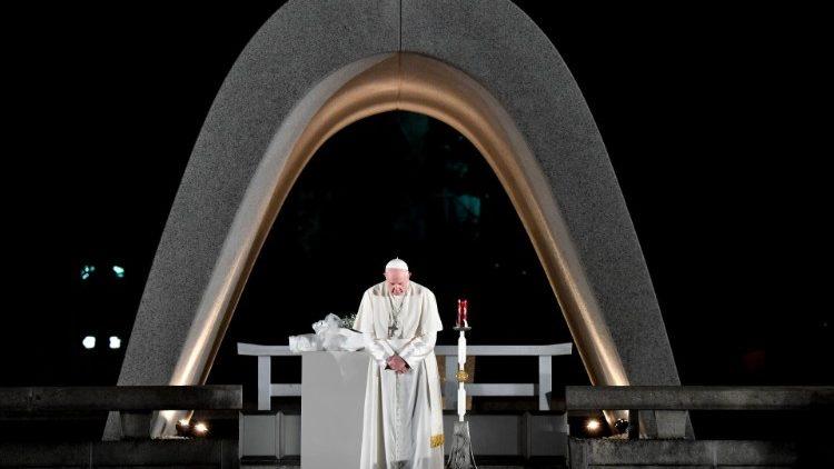 Papež Frančišek med molitvijo v Hirošimi na Japonskem, 19. novembra 2019