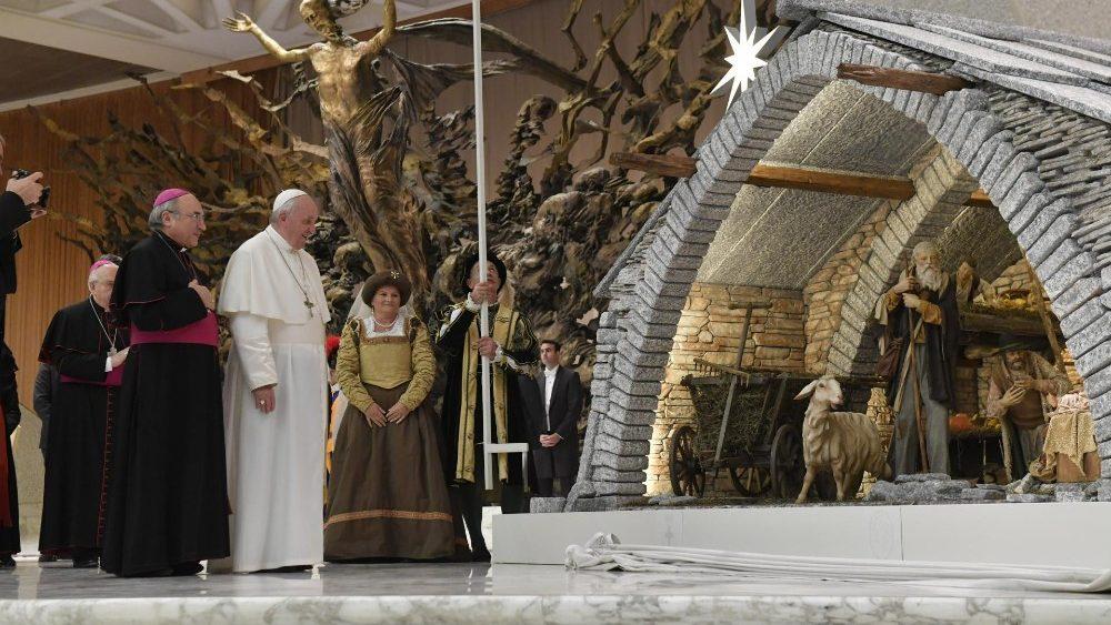 ĐTC gặp các nhà tài trợ Hang đá và cây Noel tại Vatican