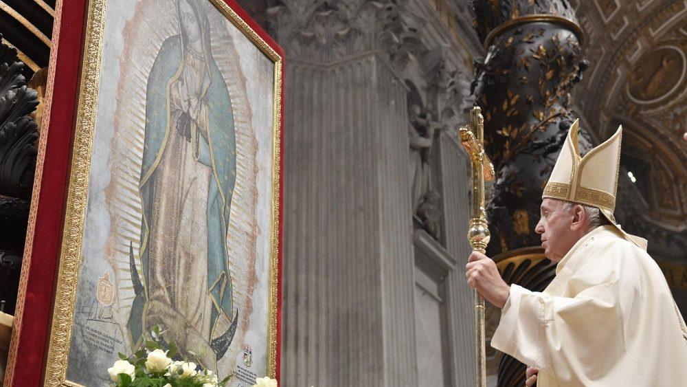 O Papa em oração na Basílica Vaticana diante da representação do manto milagroso de Nossa Senhora de Guadalupe