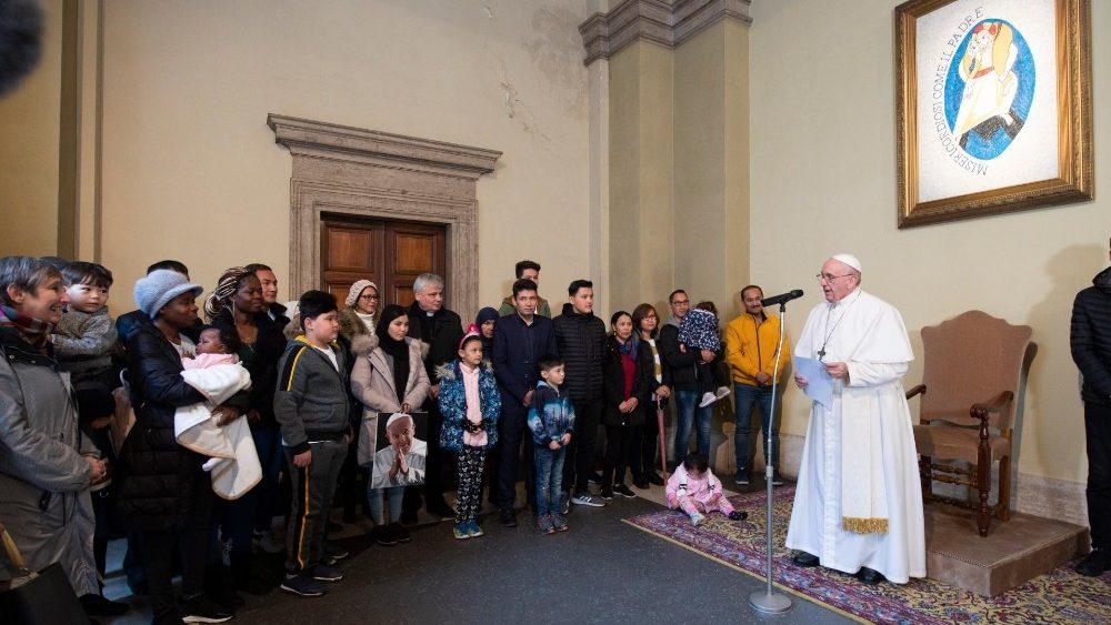 Αποτέλεσμα εικόνας για Le pape François a reçu 33 réfugiés arrivés de Lesbos au Vatican.