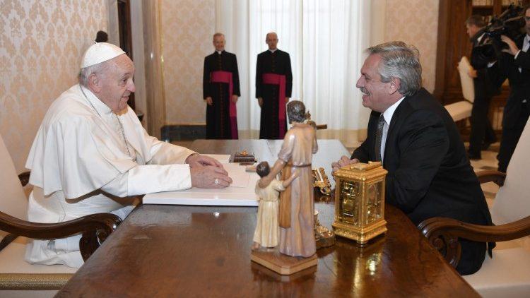 Papež Frančišek in argentinski predsednik Alberto Fernandez