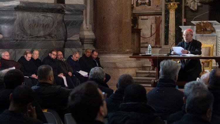 El cardenal vicario Angelo De Donatis lee el discurso del Papa en el encuentro con el clero en la Basílica de San Juan de Letrán
