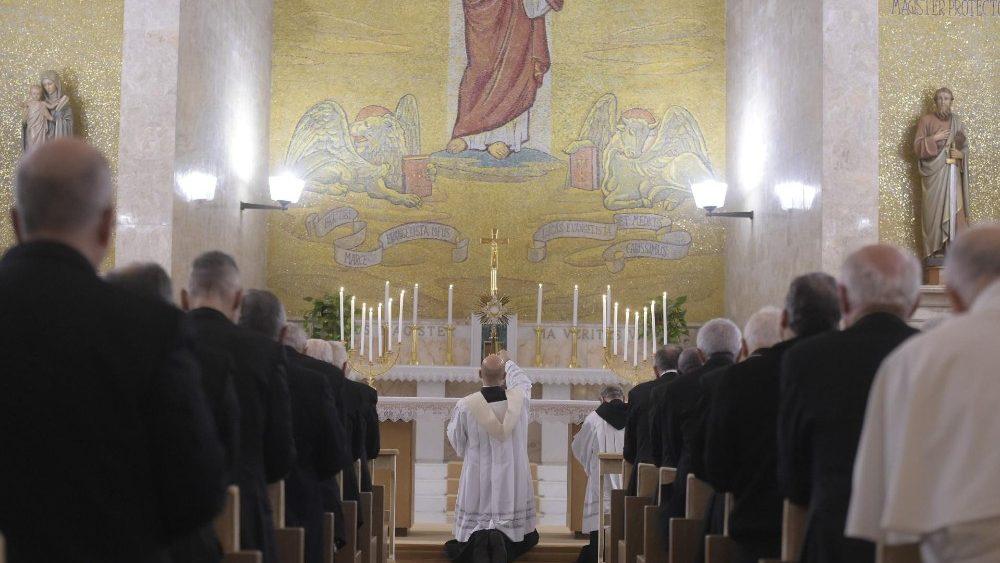Um dos momentos de adoração Eucarística durante os Exercícios espirituais em Ariccia
