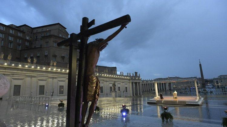 Un momento della preghiera in piazza San Pietro