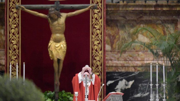 Il Papa alla consacrazione. Alle sue spalle, il crocifisso di San Marcello al Corso
