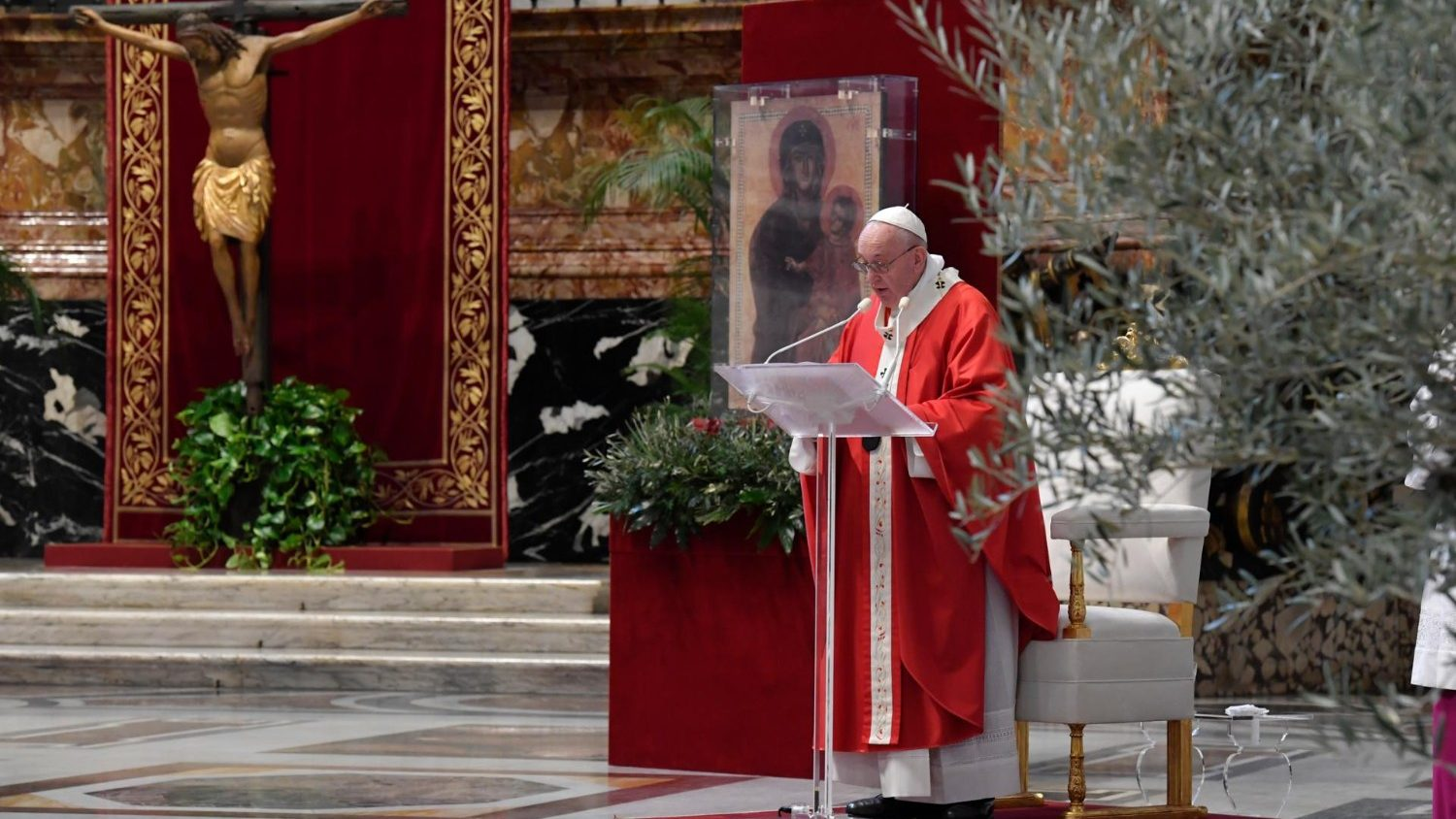 Pope at Angelus encourages young people to be witnesses of hope - Vatican News