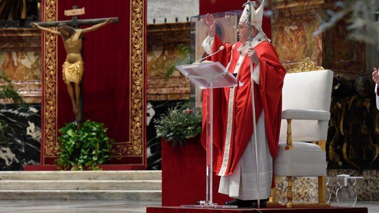 El Papa reza el Ángelus.