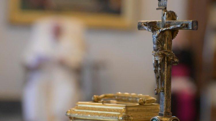 Papež Frančišek med splošno avdienco v knjižnici apostolske palače v Vatikanu o velikem tednu med koronavirusom.