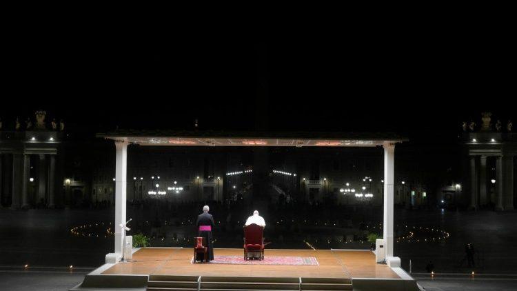 Đức Thánh Cha chủ sự buổi ngắm Đàng Thánh Giá tại thềm đền thờ Thánh Phêrô 2020