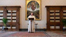 Pope at Regina Caeli: ' the Holy Spirit illuminates our steps''