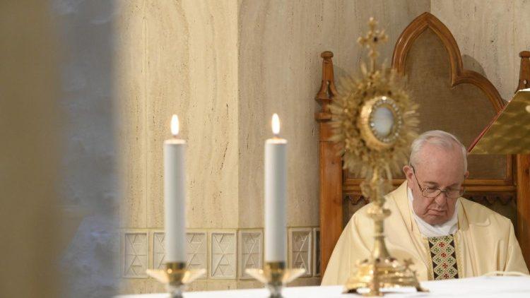 Adoration eucharistique après une messe à la Maison Sainte-Marthe.