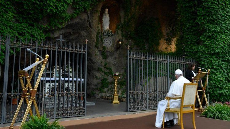 Prière du chapelet avec le Pape devant la grotte de Lourdes des jardins du Vatican