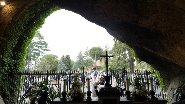 ĐTC lần hạt Mân Côi tại vườn Vatican vào tháng 5/2020
