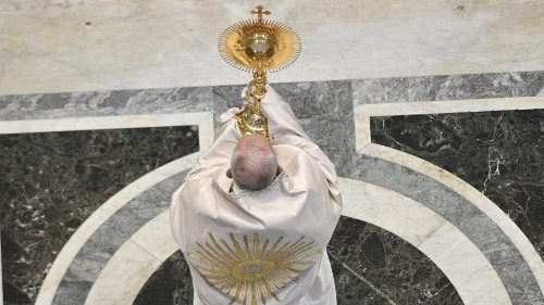 Papa celebra missa de Corpus Christi na Basílica de São Pedro