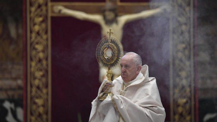 """Messe de la solennité du """"Corpus Domini"""", le 14 juin 2020 en la basilique Saint-Pierre."""