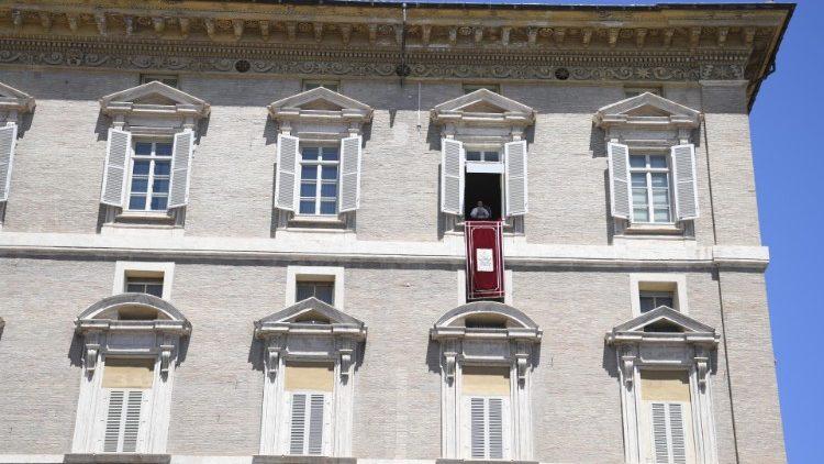 Janela do apartamento pontifício no Palácio Apostólico