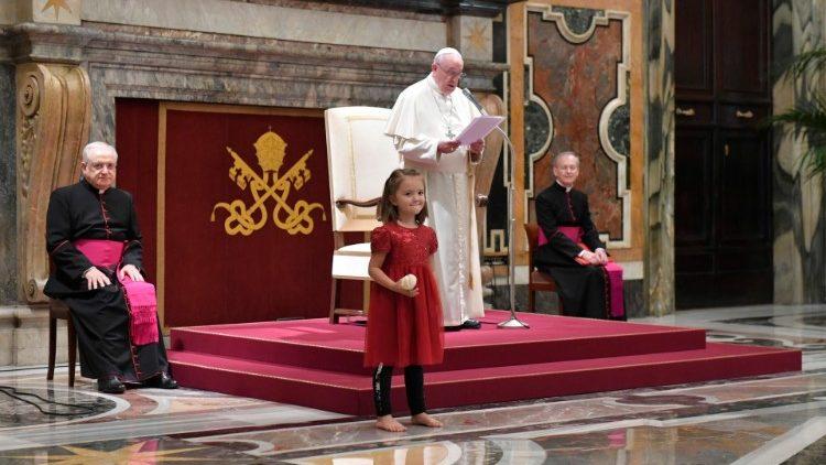 Der Papst und eines der Kinder aus Österreich